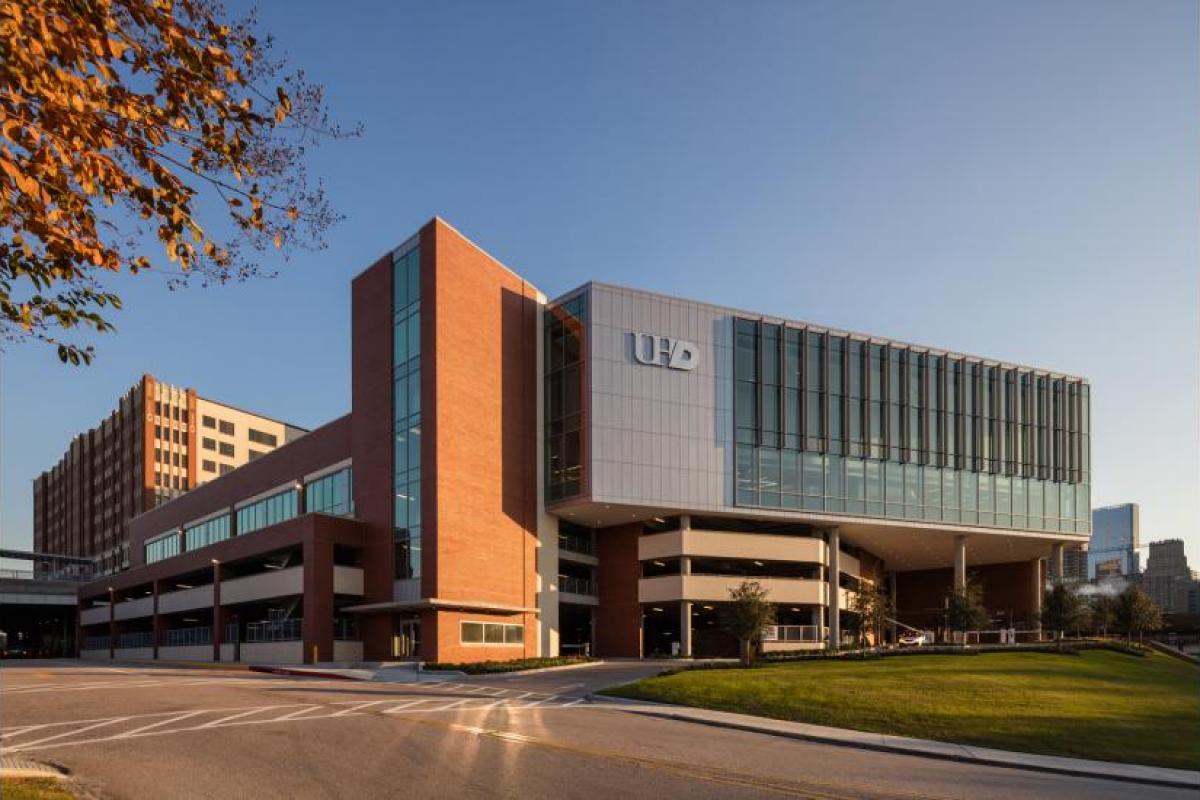 Trường Đại Học Houston Academic/ Welcome Center Retail & Nhà để xe